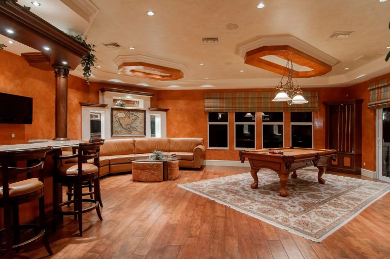 Entertainment-Room in amazing walk out basement Richmond hill